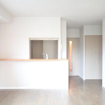 【LDK】キッチンは対面式、カウンターもありますよ。※写真はクリーニング前のものです
