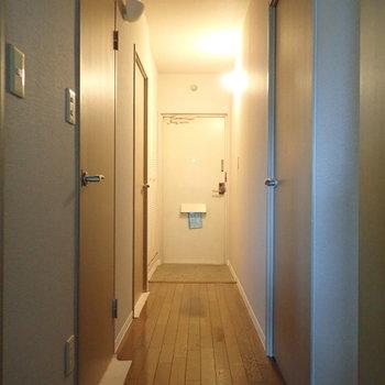 廊下は洋室と水回りへ繋がります。※写真はクリーニング前のものです