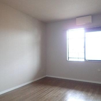 【洋室】コンパクトな窓があります。※写真はクリーニング前のものです
