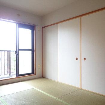 【和室】ベランダ直通の窓があります。※写真はクリーニング前のものです