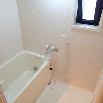 お風呂に小窓、開放感がプラスされます。※写真はクリーニング前のものです
