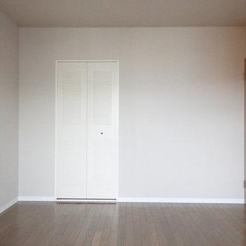 【洋室】ベッド派の方はこちらを寝室に。※写真はクリーニング前のものです