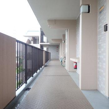 開放感がある屋根つき共用廊下。