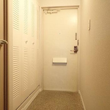 白い玄関は清潔感があります。※写真はクリーニング前のものです