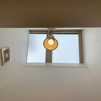 見上げると上に窓がついていて明るいです。
