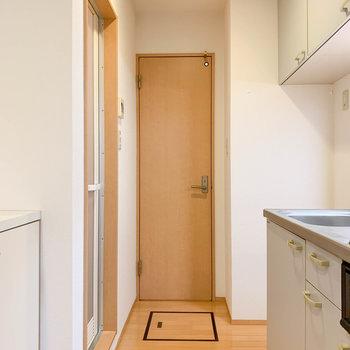 廊下スペースです。奥がトイレ、左がお風呂です。
