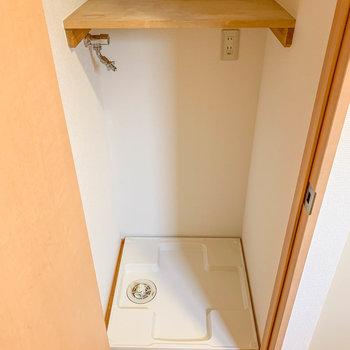 玄関横の扉に洗濯機が置き場があります。