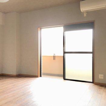 窓は南西向き。温かな光がお部屋に入ってきます。