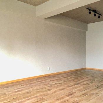 壁の色は薄いグレー。モダンな雰囲気でかっこいい。