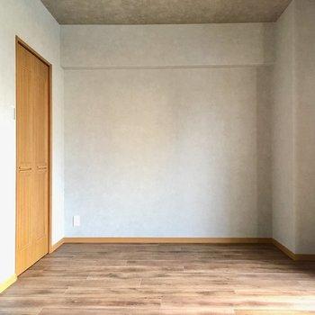 お部屋はコの字型になっています。ここはベッドスペースにしようかな?左の扉は〜