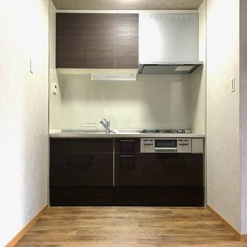 キッチン横に冷蔵庫置き場かな?
