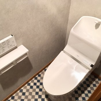 トイレはもちろんウォシュレット付き。ペーパーホルダーは2つも付いてる〜!