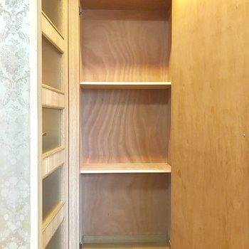 こちらはキッチン入り口の収納。こちらには、普段使わないモノを