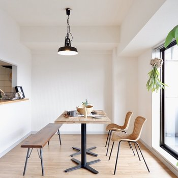 【LDK】4人がけのダイニングテーブルも楽々置くことができますね※写真の家具はサンプルです