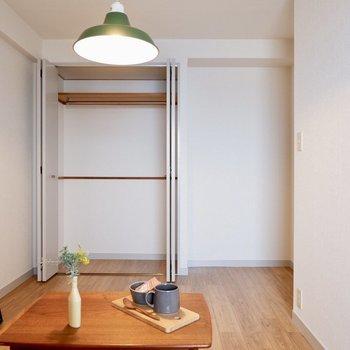 【洋室②】長押にもフックを使えばかけることができます※写真の家具はサンプルです