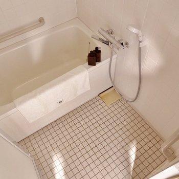 タイルがかわいい追い焚き付のお風呂※写真の家具はサンプルです