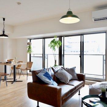 リビングもダイニングも同空間でも程よく仕切られるお部屋です。※写真の家具はサンプルです