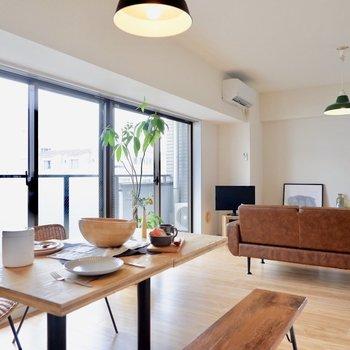 【LDK】大きな窓からやんわりとした陽が入ります※写真の家具はサンプルです