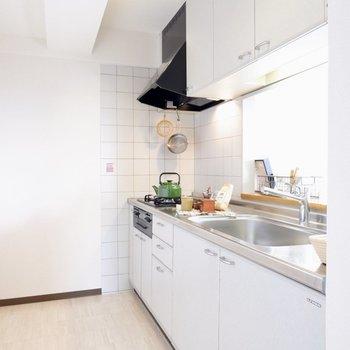 【LDK】広々しているので二人でキッチンにたっても問題なさそうです※写真の家具はサンプルです