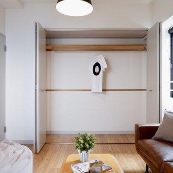 【洋室①】長い丈の洋服がたくさん入ります※写真の家具はサンプルです