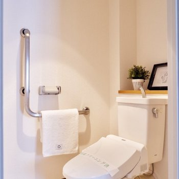 暖かな照明のトイレ※写真の家具はサンプルです