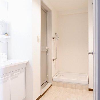 洗濯機置場上部には棚が取り付けられそうですね※写真の家具はサンプルです