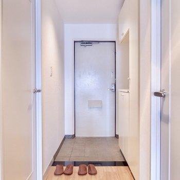 玄関は割とフラットです※写真の家具はサンプルです
