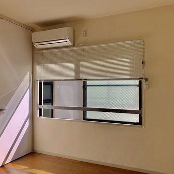 【洋室】窓の前にベッド置いたり