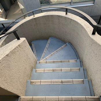 階段もカーブかかってて良い