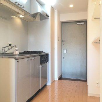 キッチンから玄関にかけてです。※写真は3階同間取り別部屋のものです