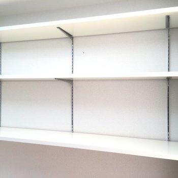 キッチン横の棚が便利そうです!※写真は3階同間取り別部屋のものです