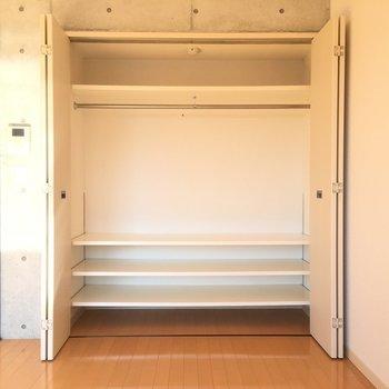 クローゼットが広々!※写真は3階同間取り別部屋のものです