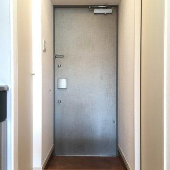 玄関です。※写真は3階同間取り別部屋のものです