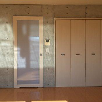 一面の壁がコンクリートです。※写真は3階同間取り別部屋のものです
