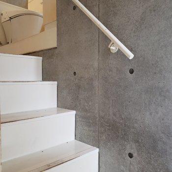階段を登ってサニタリーへ※写真はクリーニング前のものです