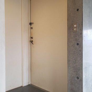 玄関はゆったり。※写真はクリーニング前のものです