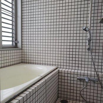 お風呂は目がチカチカしそう。※写真はクリーニング前のものです