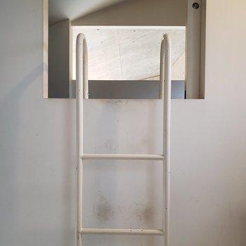 先ほどのはしごでロフトへ。※写真はクリーニング前のものです