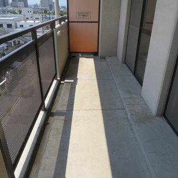 長めのバルコニー(※写真は5階の同間取り別部屋のものです)