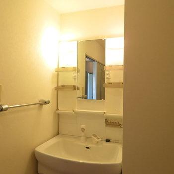 洗面脱衣所に洗面台(※写真は5階の同間取り別部屋のものです)