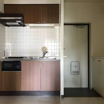 【K】玄関のお隣にキッチンです。