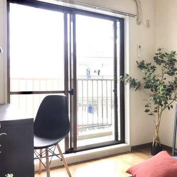 【洋室】窓が大きくて光が気持ちいい〜※家具はサンプルです