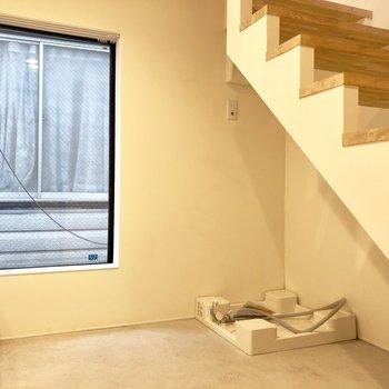 まずは1階からご案内しますね。洗濯置き場は階段下。