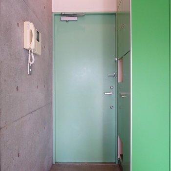 玄関スペースは段差で仕切られています※写真は2階の同間取り別部屋のものです