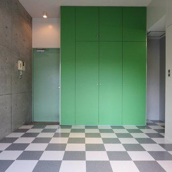 モノクロの床とグリーンのクローゼットがかわいい※写真は2階の同間取り別部屋のものです