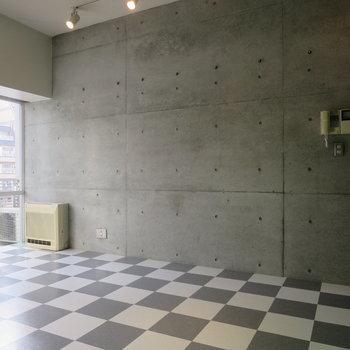 打ちっぱなしの壁がかっこいい※写真は2階の同間取り別部屋のものです