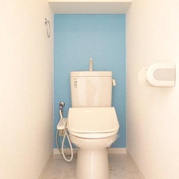 トイレに爽やかなアクセントクロス