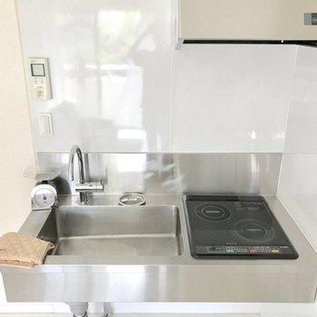 IHコンロの上にまな板置けます!ますは食材を切るところから始めましょ。(※写真の家具と小物は見本です)