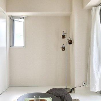 掃き出し窓と小窓もあるよ。(※写真の家具と小物は見本です)