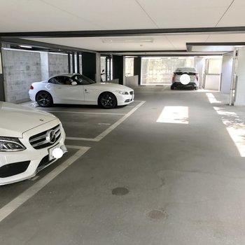 1階部分に駐車場。